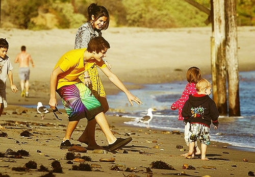 mine check out these too!!! 1.http://www1.pictures.zimbio.com/bg/Justin%2BSelena%2Bbabysitting%2Bbeach%2Bdate%2B_5SewTXeBXEl.jpg 2.http://www4.pictures.zimbio.com/bg/Justin+Selena+babysitting+beach+date+yaL8fURDG9ul.jpg