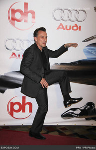 he´s a clown. ever seen a bituin doing sucha thing on a red carpet?
