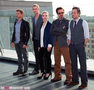 Jeremy, Chris, Scarlett, RDJr and Mark promoting The Avengers! :)