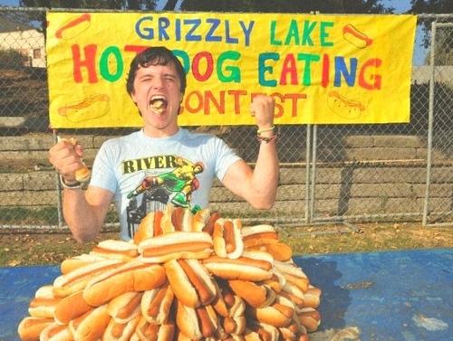 Josh Hutcherson eating a hotdog..lol <3