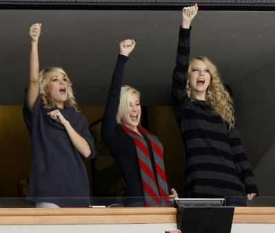 Here's mine. It's of Taylor with Carrie Underwood & Kellie Pickler:) Do you like it ?