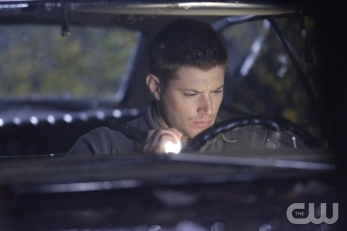 Jensen Ackles as Dean Winchester driving his '67 Chevrolet Impala on the CW 表示する 'Supernatural'.