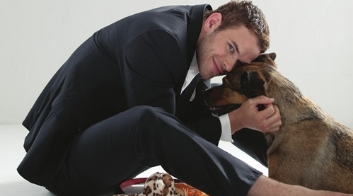 Kellan Lutz with his dog,Kola.Check the linken for other pics.[First link is another pic of Kellan and Kola.The seconde link is Robert Pattinson with Tai the olifant from Water for Elephants] http://3.bp.blogspot.com/-BFUToOAXVEg/TdW5Xvdh HGI/AAAAAAAAMKY/3r_mvfpnZi Q/s400/kellan-lutz-kola-bonnie-hunt-breaking-dawn-single-.jpg http://s3.twilightersanonymous.com/wp-content/uploads/Rob-TaiElephant.jpg