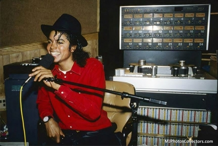 No, it's not out yet. It will be out on february 2013 and I've understood that we'll have 1 更多 小时 just with Michael (the documentary of S. Lee + 1 小时 with unseen stuff from recording studios, backstage etc...) I JUST CANNOT WAIT!!!!!!!!!!!!!!!!!!!!!!!!!!!!!!!!