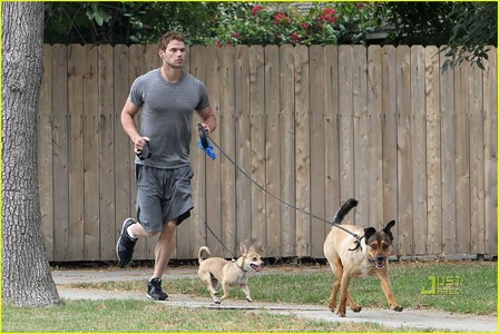 mine is of Twilight estrella Kellan Lutz with his 2 dogs.I also am posting a link of Robert Pattinson with his dog,Bear.The reason I publicado the pic of Kellan is because tu dicho pets,as in más than one.Robert only has 1 dog,Bear,that he co-owns with his girlfriend, Kristen Stewart. http://www.snapfashion.co.uk/getimage.php?url=http://snapfashion.files.wordpress.com/2011/10/rob-bear.jpg&w=615