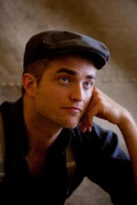 Robert Pattinson wearing a hat.I think he looks handsome wearing this hat