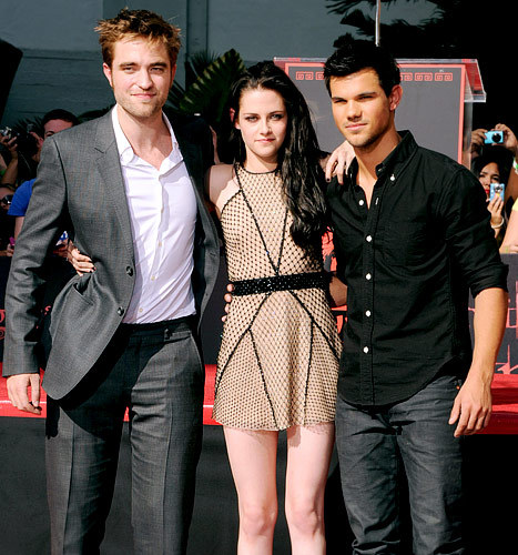 Here is Robert with his 2 Twilight co-stars,Kristen Stewart and Taylor Lautner on Nov.3,2011 getting their hands and feet cemented in Hollywood.