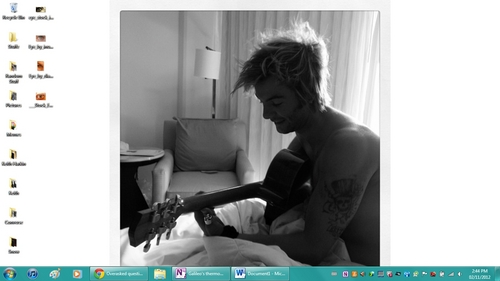 Half naked 床, 床上 head Keith in 床, 床上 playing guitar. *fangasm*