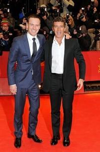 eheheh soo cute! Antonio Banderas and Michael Fassbender
