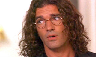 "Antonio Banderas with glasses in ""Two much"".... *-*"