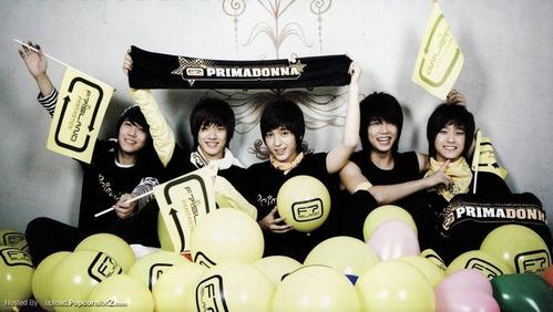 "Their fandom is called Primadonna! Aaaannd their color is Sunshine Yellow and Black! Aaaannd their flags are called ""Pentasticks"". (i 爱情 extra details -3-)"