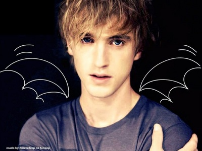 hey,this is a foto of tom felton.