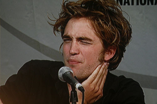 here is my Robert at the very first Twilight Comic-Con in 2008 making a very funny(and very adorable) face.No matter what faces he makes I will always cinta him!!!