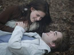 here is my handsome Robert,in a deleted scene from Twilight,wearing a very nice white veste that I would l'amour to have for myself.