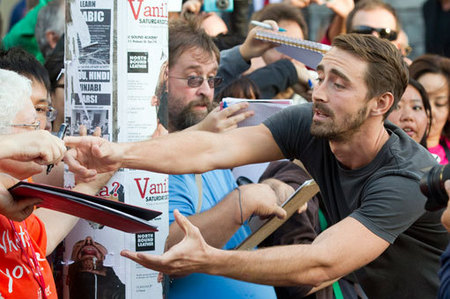 Lee Pace struggling to sign some nice autographs