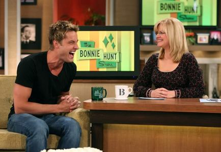 Justin Hartley on the Bonnie Hunt onyesha in 2009 (I just upendo that pic!!)