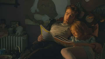 here is my Robert,in a scene from Remember Me,comforting the young girl who plays his sister in the movie after some girls had cut her hair.He comforts her দ্বারা পাঠ করা to her.