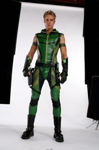 "Justin, Photoshoot for ヤング・スーパーマン episode ""Justice"" (Season 6), in all his Green ARROW/アロー glory (ok, there's some black in the back, and I don't have any better ones)"