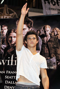 Rob's Twilight co-star Taylor at the Hot Topic Twilight tour across America to promote the release of Twilight back in 2008.