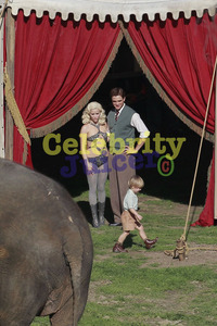 here is my Robert in a scene from Water for Elephants with a child in the pic(who plays one of his kids in the movie).I'd upendo to be the mother of my Robert's kids.He'd make one hell of a dad<3