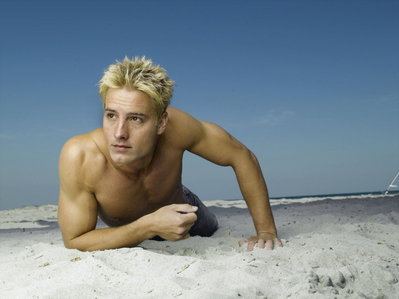 """Justin lying in the sand (promo pic for """"Aquaman"""") - wish I could lie with him ;))"""