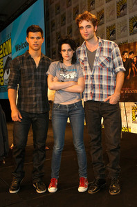 my Robert,with Kristen(with her arms crossed)and Taylor at the 2009 Comic-Con,in my hometown of San Diego.America's finest city just got a whole lot finer with my Robert in town(and Taylor too)<3