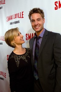Justin with Allison Mack at the 200 episodes party. They're so sweet together, even off-screen ;)))