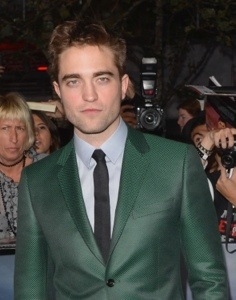 I know I have পোষ্ট হয়েছে pics of my Robert in this green suit from BD 2 premiere,but here is another pic of him in that green suit from BD 2 premiere.