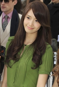 YOONA :) HER HAIR ALWAYS FITS TO HER