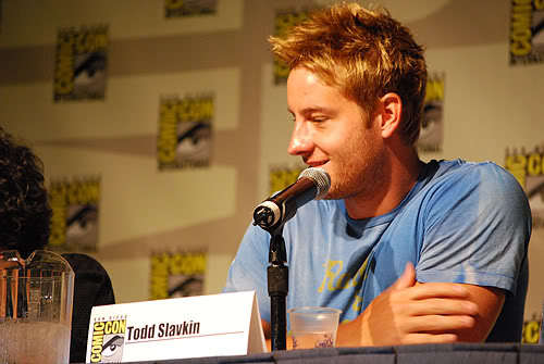Justin wearing a blue camisa at the smallville - as aventuras do superboy panel, Comic Con 2008 <33 amor it ;)