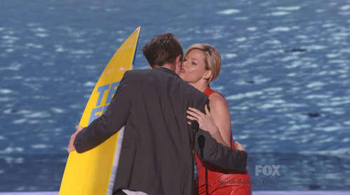my Robert(from the back)being kissed on the cheek দ্বারা actress Elizabeth Banks after winning Teen Choice Award<3