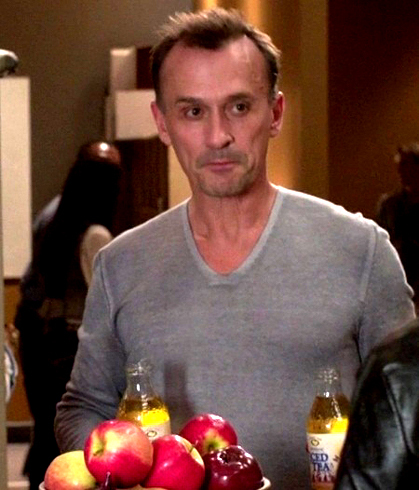 apples on Cult set and Robbie being too cute