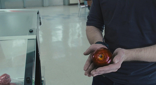 here is my Robert holding an apple,in a scene from Twilight.Robert,you are the 林檎, アップル of my eye<3