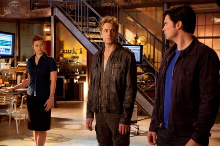 "Justin wearing a dark brown leather ジャケット (yummy!!) in a scene from his directing debut on Smallville, ""Dominion"""