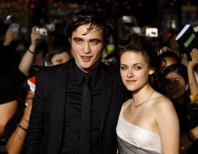 my Robert,with Kristen Stewart(wearing a necklace),at the Twilight premiere back in 2008<3