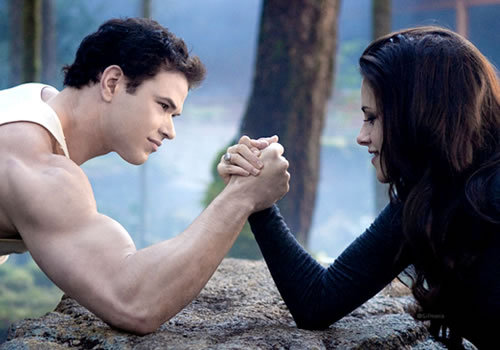 Kellan(as Emmett) vs.Kristen Stewart(as Bella) in an arm wrestle match from BD 2.Which one is stronger?For those who've seen the movie know the answer to that one<3