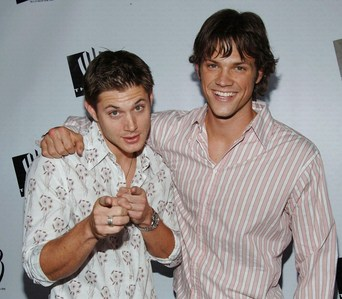 """Jensen and Jared at the WB All étoile, star Celebration in 2005, with Jensen """"aiming"""" at the camera (one of the very first appearances of them two together after being cast for SPN)"""