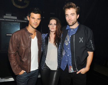my Robert with Kristen and Taylor at the 2012 Teen Choice Awards.Taylor is wearing a brown leather jacket.