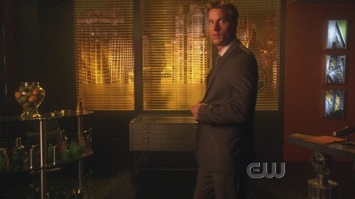 """Oliver fixing his ジャケット at the end of """"Supergirl"""", right before the big bang about a part of his life"""