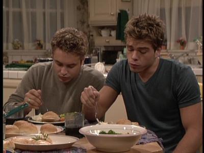 Matthew eating avondeten, diner at a table. :)