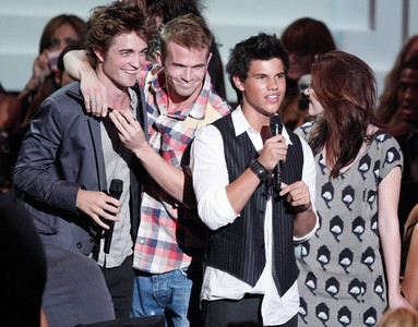 here is my Robert,with 3 of his Twilight co-stars-Cam Gigandet,Taylor Lautner(wearing a vest) and Kristen Stewart at the 2008 MTV Video muziek Awards.