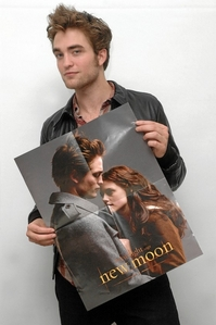 my baby,Robert holding a New Moon poster of his character,Edward Cullen and Bella Swan(played によって Kristen Stewart)<3