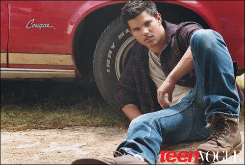Taylor wearing a red and black overhemd, shirt hope u like :)