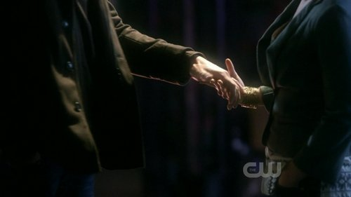 "Oliver and Chloe holding hands for the first time (from ""Checkmate""; love that scene!) <333"