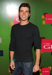 Matthew looking hot wearing a black shirt. <333