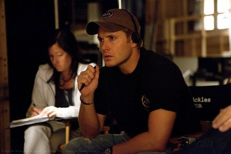 "Jensen on the set of ""Weekend At Bobby's"", which marked his directorial debut on 邪恶力量 <333"