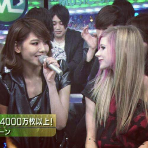 Avril Lavigne with Sooyoung from snsd :)