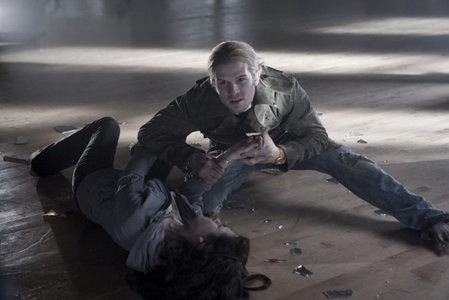 James(played kwa Cam Gigandet)with broken glass as he prepares to bite Bella,in a scene from Twilight.