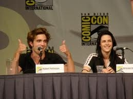 here's my SBB(sexy British babe) at the 2008 Comic-Con sitting successivo to Kristen Stewart giving 2 thumbs up.Rob,baby,I give te 2 very enthusiastic thumbs up(WAY UP)<3