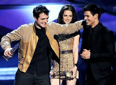my baby about to hug his Twilight co-star,Taylor Lautner as Kristen Stewart looks on.I'd cinta to be in the middle of that hunky sandwich<3